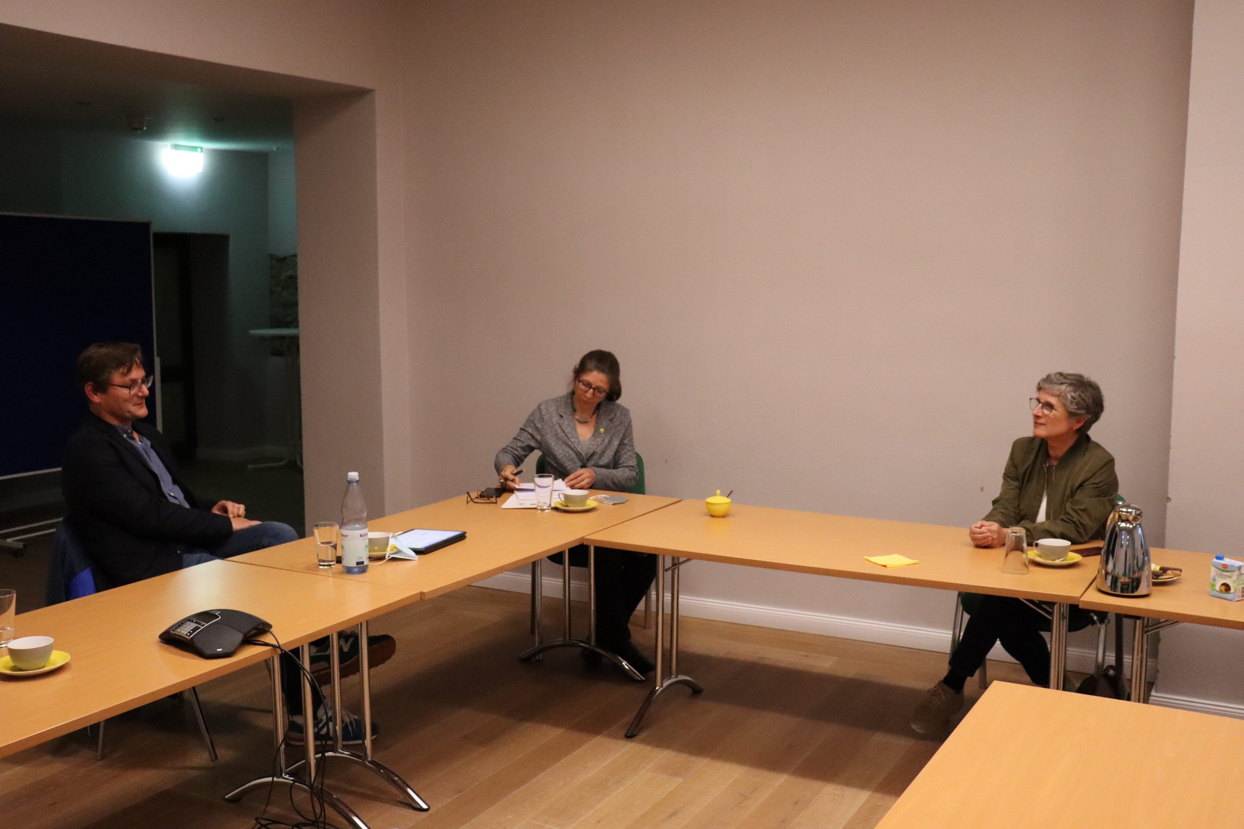 Maria besucht mit Britta Haßelmann die Jugendhilfe Olsberg